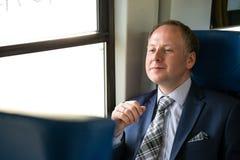 Uomo d'affari che gode del suo viaggio in treno Fotografia Stock Libera da Diritti
