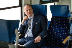 Uomo d'affari che gode del suo viaggio in treno Fotografie Stock
