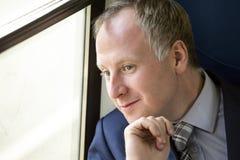 Uomo d'affari che gode del suo viaggio in treno Fotografie Stock Libere da Diritti