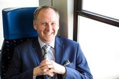 Uomo d'affari che gode del suo viaggio in treno Fotografia Stock