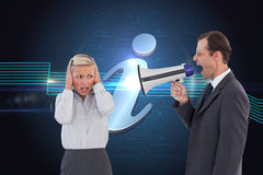 Uomo d'affari che grida al collega con il suo altoparlante Fotografia Stock Libera da Diritti