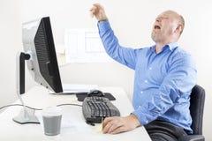 Uomo d'affari che grida e che geme all'ufficio Fotografie Stock