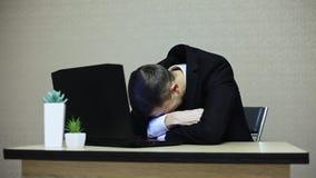 Uomo d'affari che grida nel posto di lavoro È turbato, sfortuna, quindi calma video d archivio