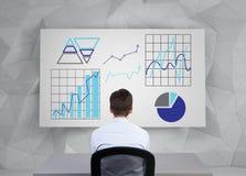 Uomo d'affari che guarda al grafico Immagine Stock Libera da Diritti