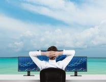 Uomo d'affari che guarda al grafico dei forex Fotografia Stock