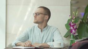 Uomo d'affari che guarda attraverso la finestra Fotografie Stock Libere da Diritti