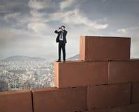 Uomo d'affari che guarda con il binocolo Fotografie Stock