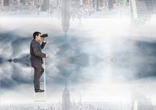 Uomo d'affari che guarda lontano con il binocolo vicino ad una città fotografia stock libera da diritti