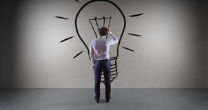 Uomo d'affari che guarda una lampadina su una rappresentazione della parete 3D Immagine Stock