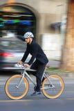 Uomo d'affari che guida una bicicletta Fotografia Stock