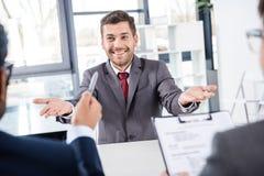 Uomo d'affari che ha intervista di lavoro, concetto di affari Immagini Stock Libere da Diritti