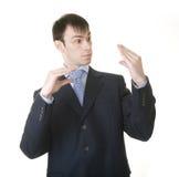 Uomo d'affari che imita suo colloquio con la sporgenza immagine stock libera da diritti