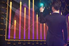 Uomo d'affari che indica al grafico dei forex Fotografia Stock Libera da Diritti