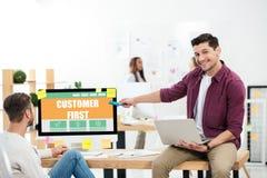 uomo d'affari che indica alla prima iscrizione del cliente sullo schermo di computer mentre lavorando illustrazione vettoriale