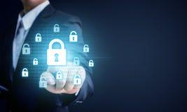 Uomo d'affari che indica chiave di catenaccio del virtul, affare c di protezione dei dati Fotografia Stock Libera da Diritti