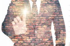 Uomo d'affari che indica il dito indice, azione del touch screen Busin Fotografia Stock