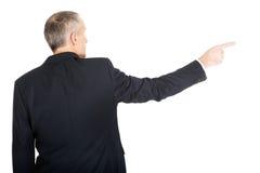 Uomo d'affari che indica la destra Fotografie Stock Libere da Diritti