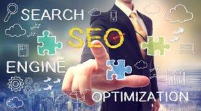 Uomo d'affari che indica SEO (optimizati del motore di ricerca Fotografie Stock
