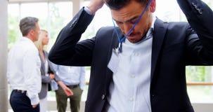 Uomo d'affari che indossa la carta di identificazione stock footage