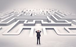 Uomo d'affari che inizia un labirinto piano 3d Fotografie Stock Libere da Diritti
