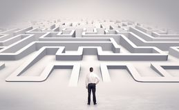Uomo d'affari che inizia un labirinto piano 3d Fotografie Stock