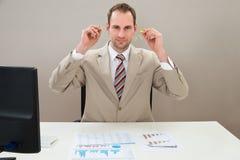 Uomo d'affari che inserisce tappo per le orecchie in orecchie immagine stock libera da diritti