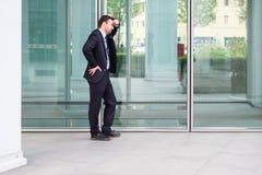 Uomo d'affari che lascia il suo ufficio dopo il fallimento di banca Fotografia Stock Libera da Diritti