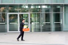 Uomo d'affari che lascia il suo ufficio dopo la cessazione di impiego Immagini Stock