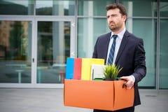 Uomo d'affari che lascia il suo ufficio dopo la cessazione di impiego Fotografia Stock Libera da Diritti