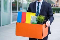 Uomo d'affari che lascia il suo ufficio dopo la cessazione di impiego Fotografia Stock