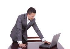 Uomo d'affari che lavora ad un computer portatile Immagini Stock Libere da Diritti
