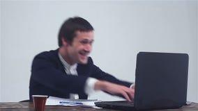 Uomo d'affari che lavora ad un computer portatile, vinto nel mercato azionario, successo nell'affare stock footage