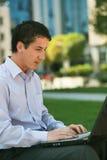 Uomo d'affari che lavora al computer portatile Immagine Stock Libera da Diritti