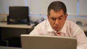 Uomo d'affari che lavora al computer portatile video d archivio