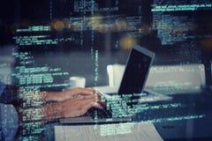 Uomo d'affari che lavora al computer portatile Immagine Stock