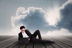Uomo d'affari che lavora al computer portatile all'aperto Immagine Stock