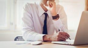 Uomo d'affari che lavora al computer portatile alla stanza dell'ufficio delle idee di progettazione fotografia stock libera da diritti