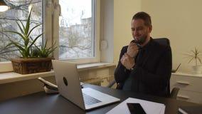 uomo d'affari che lavora al computer portatile nel dolore del polso dell'ufficio video d archivio