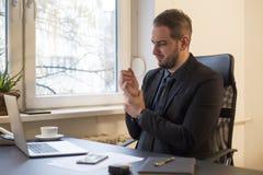 uomo d'affari che lavora al computer portatile nel dolore del polso dell'ufficio fotografia stock libera da diritti