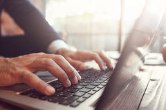 Uomo d'affari che lavora al computer portatile sul tramonto Fotografia Stock
