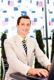 Uomo d'affari che lavora al suo computer portatile Fotografia Stock