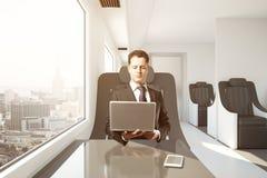 Uomo d'affari che lavora al treno Immagine Stock