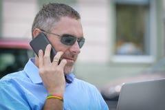 Uomo d'affari che lavora all'aperto con il taccuino fotografia stock libera da diritti