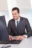 Uomo d'affari che lavora all'ufficio fotografie stock