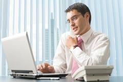 Uomo d'affari che lavora all'ufficio Fotografia Stock Libera da Diritti