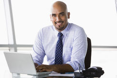 Uomo d'affari che lavora allo scrittorio Immagini Stock Libere da Diritti