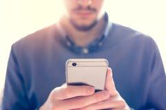 Uomo d'affari che lavora allo smartphone Immagini Stock