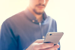 Uomo d'affari che lavora allo smartphone Fotografia Stock Libera da Diritti