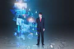 Uomo d'affari che lavora con gli schermi virtuali immagini stock
