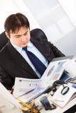 Uomo d'affari che lavora con i documenti finanziari immagine stock